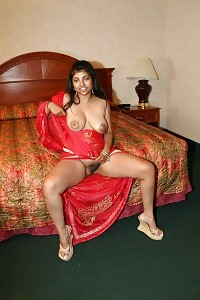 Lewd Indian Arhuarya Reveals Off Her Sexy Clothes To Exhibit Her Giant Milk Boobs